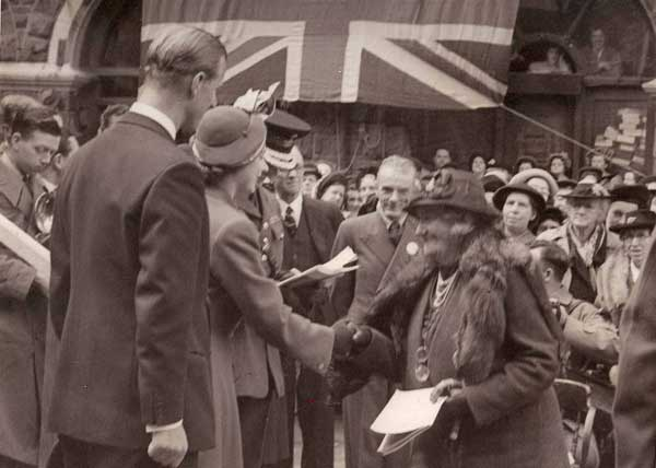 Princess Elizabeth Greeting Mrs. John Vaughan (© Christoper Quaile)